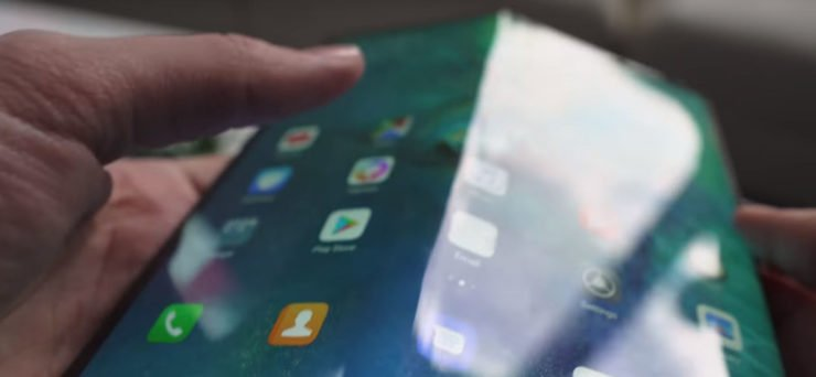 Image 1 : Le smartphone pliable Huawei Mate X souffre aussi d'une marque à l'écran !
