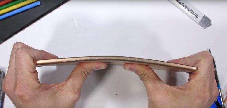 Image 1 : Vidéo : l'iPad mini 5 résiste bien à la torsion  et à toutes sortes de tortures