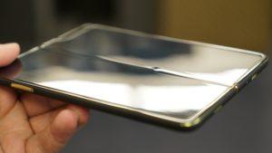 Image 4 : Démontage du smartphone Samsung Galaxy Fold : pas mal de défauts...