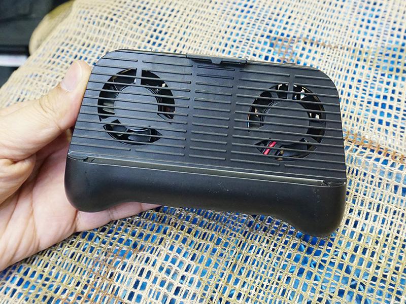 Image 1 : Une manette PUBG armée de deux ventilateurs pour refroidir son smartphone