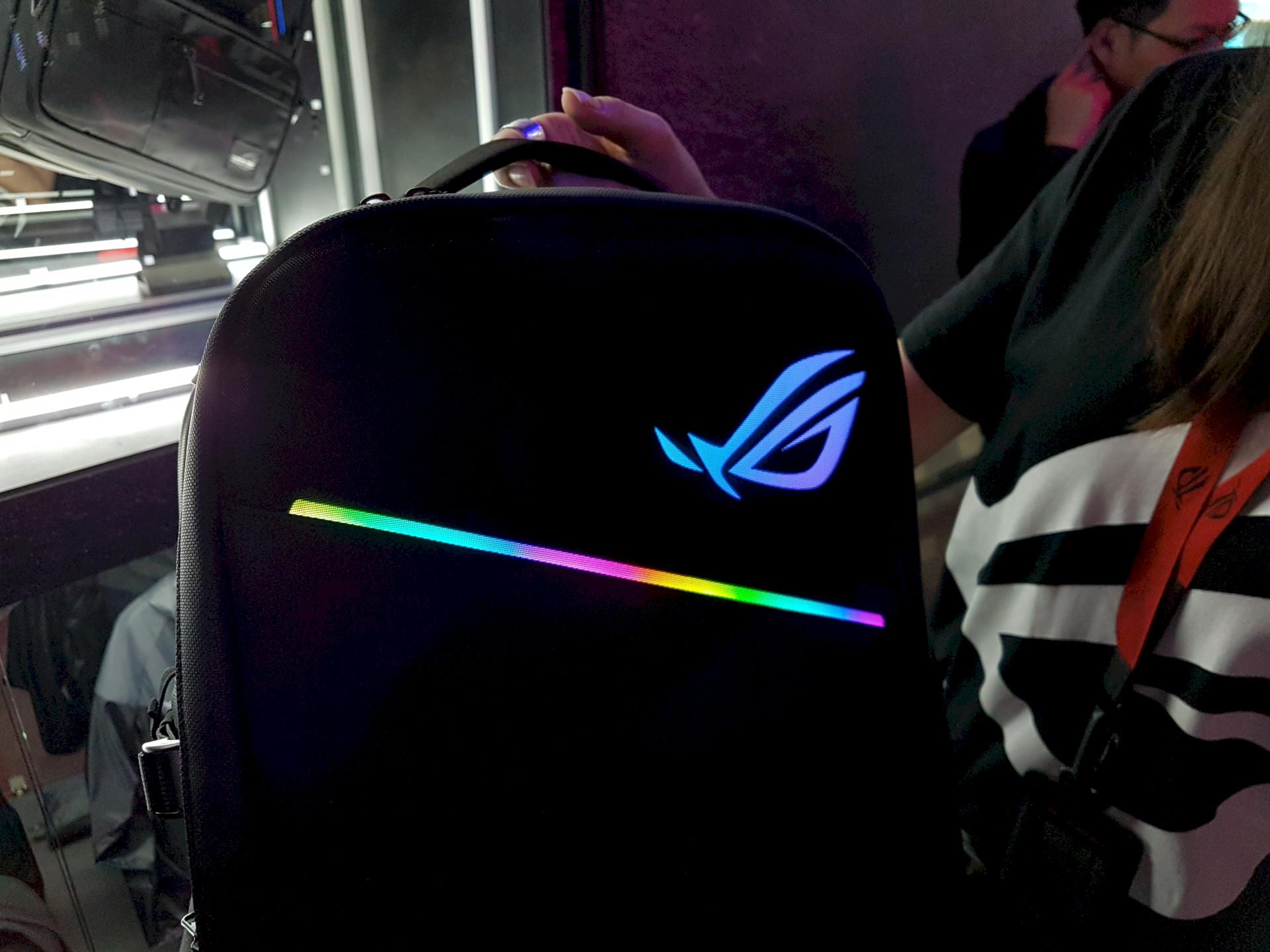 Image 1 : Computex : le premier sac à dos RGB est signé Asus, livré sans batterie !