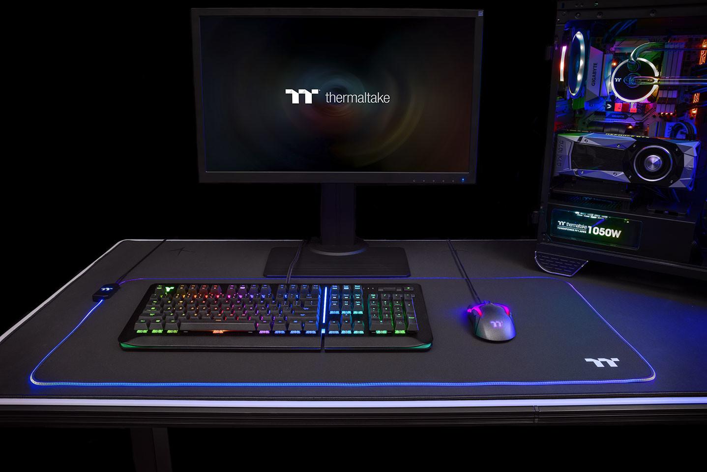Image 1 : Thermaltake : deux tapis de souris illuminés RGB, qui coûtent le prix d'une souris