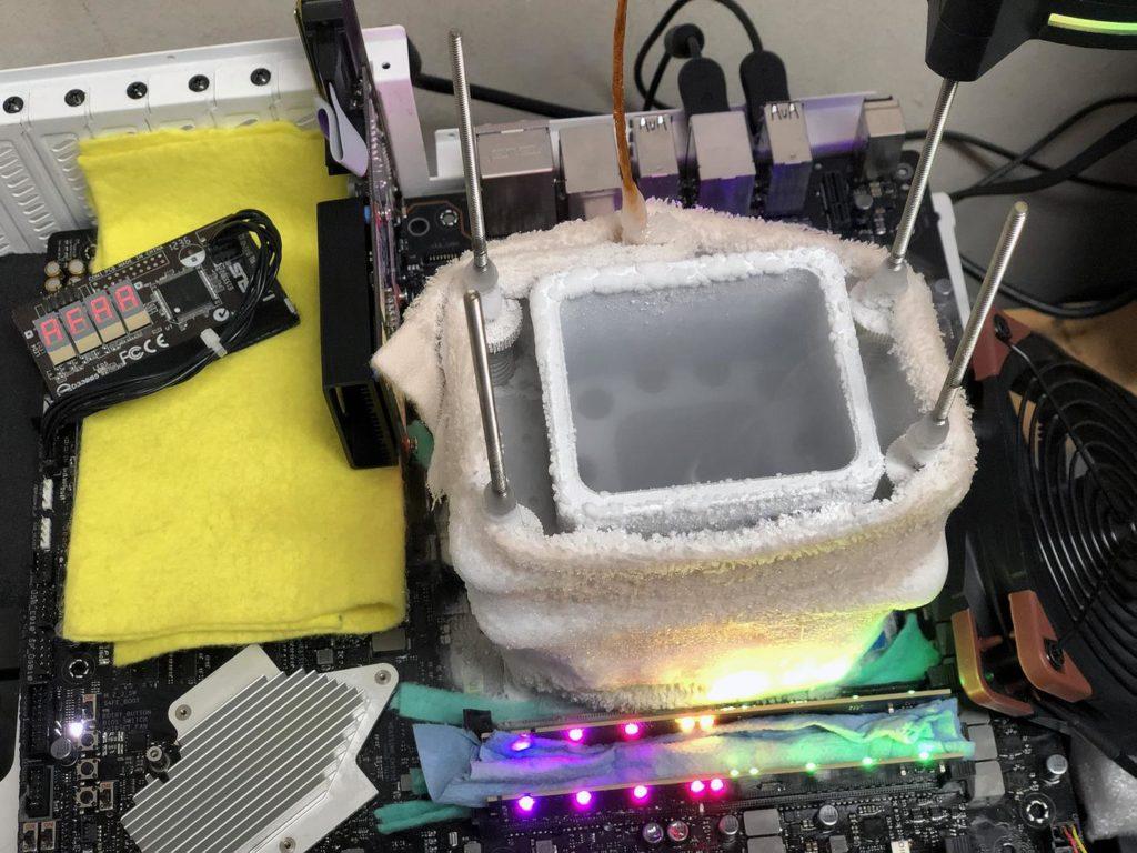 Image 2 : Record : le Threadripper 3970X poussé à 5752 MHz sur ses 32 cœurs sous azote