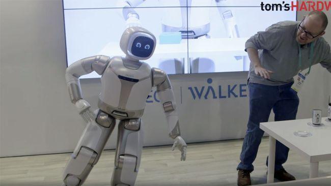 Image 1 : Vidéo : le robot Walker d'UBTech peut maintenant servir à boire et faire du yoga !