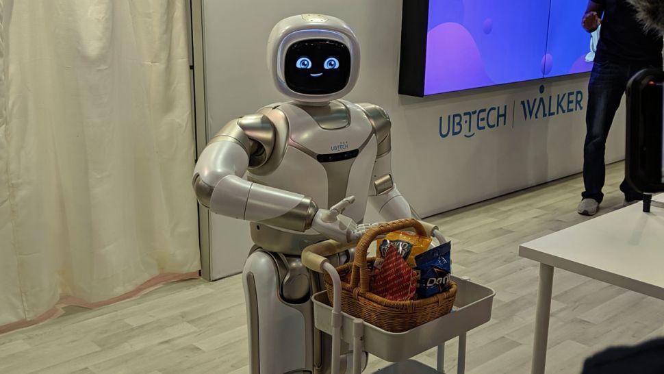 Image 2 : Vidéo : le robot Walker d'UBTech peut maintenant servir à boire et faire du yoga !